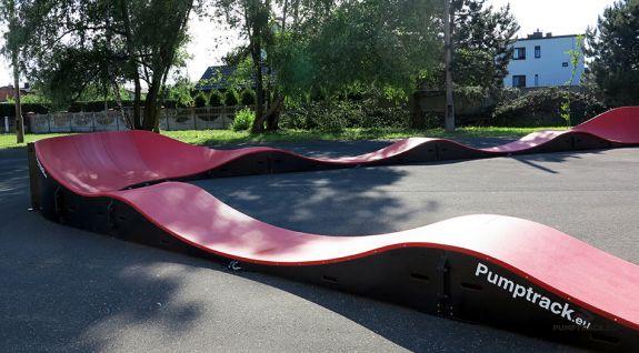 Un loc de joacă pentru biciclete sau pumptrack