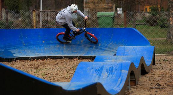 Et sykkelstativ kalt pumptrack tilpasset longboard