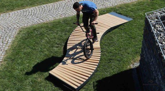 """""""BMX ukazuje na mobilní pumprack"""" ,import_imgs_17,Wypożyczony tor rowerowy na imprezie ,Rented bike"""