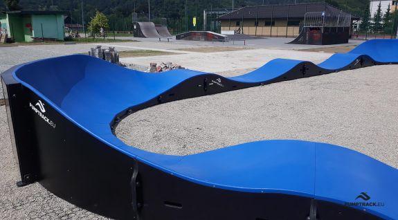 Pumptrack cykelspår tillverkat av moduler