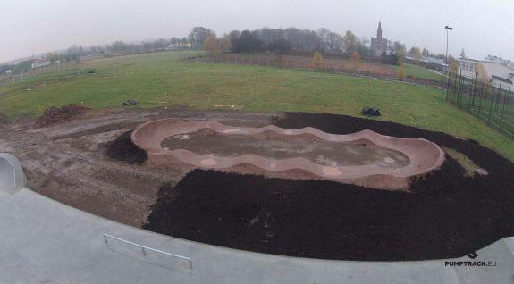 Fietspad gemaakt vanaf de heuvel in Niemce
