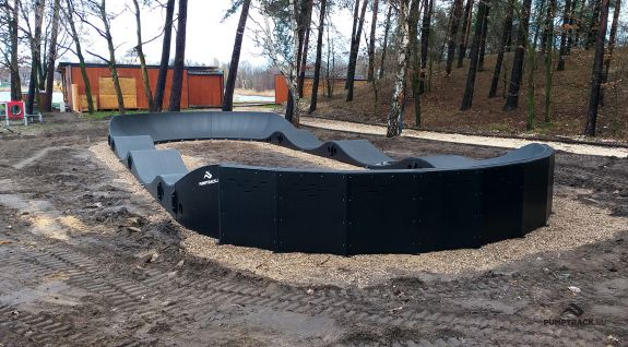 Pista ciclabile Pumptrack composta da moduli
