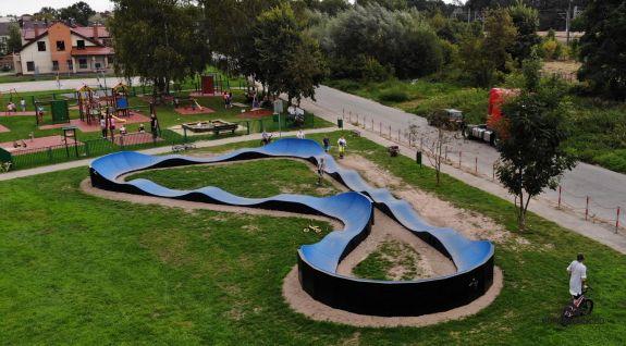Traseu de pompare adaptat pentru skateboarding