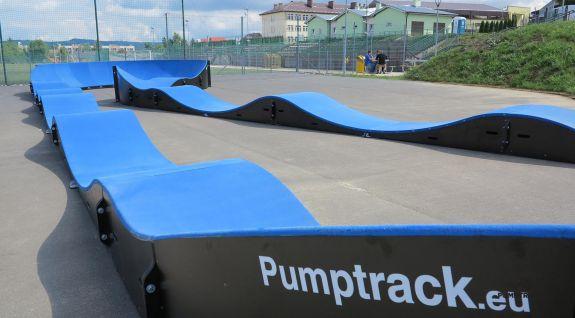niebieski pumptrack w Dukli