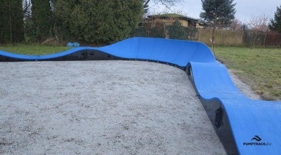 Niebieski pumptrack w parku