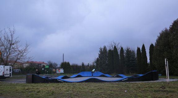 Tor rowerowy oraz deskorolkowy pumptrack w parku w Rogoźnie