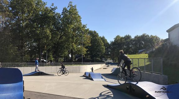 Μια παιδική χαρά ποδηλάτου ή ένα σύνθετο pumptrack